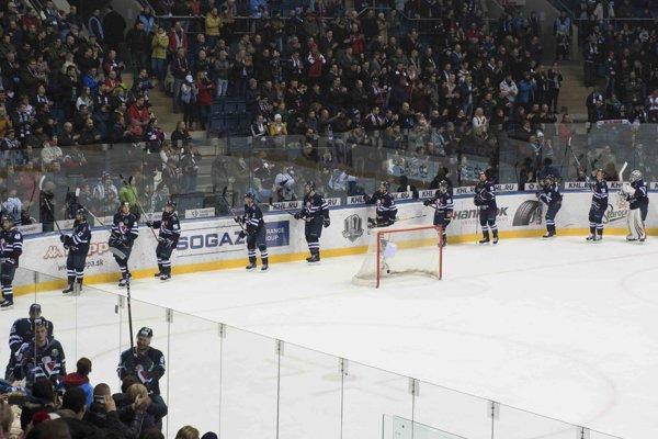 Na snímke rozlúčka hráčov Slovana s divákmi po záverečnom zápase sezóny.
