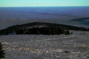 Výhľad na juhovýchod z Kojšovej hole, nad inverziou trčí len Stij v Polonine Boržava, vzdialený 160 km.