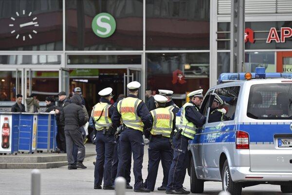 Polícia pred hlavnou železničnou stanicou v Kolíne.