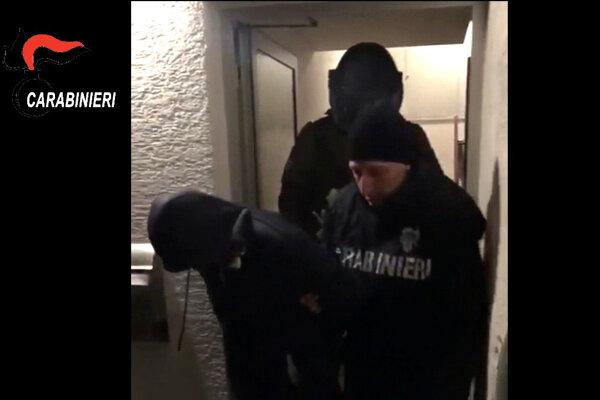 Karabinieri počas razie v skorých ranných hodinách 9. januára 2018 proti členom kalábrijskej mafie 'Ndrangheta v nemeckých spolkových krajinách Bádensko-Württembersko a Hessensko.