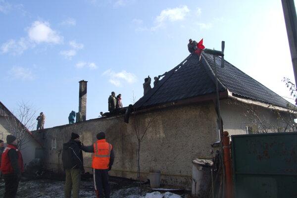 Manželia prišli pre nočný požiar o strechu nad hlavou.