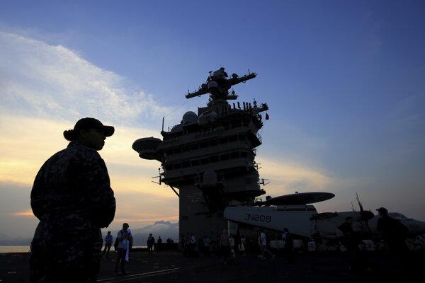 Americká lietadlová loď po priplávaní do Vietnamu.