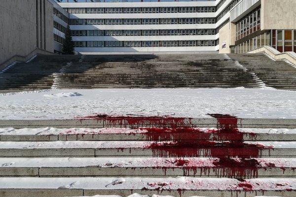 Syntetická krv pred úradom. Akcia umelcov mala byť kritikou vládnej strany.