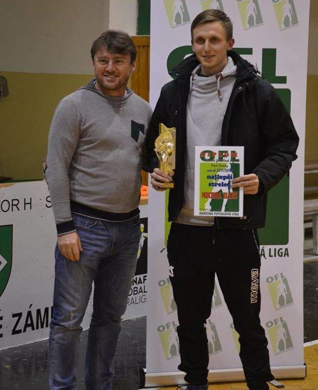 Ľubomír Moravčík odovzdal cenu najlepšiemu strelcovi súťaže Michalovi Illésovi.