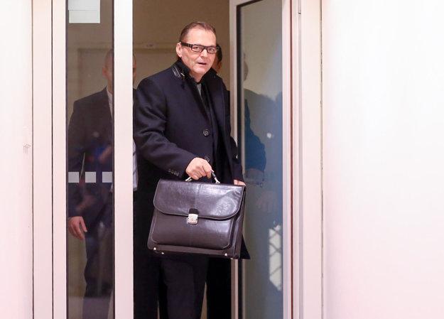 Riaditeľ SIS Anton Šafárik prichádza na rokovanie výboru.