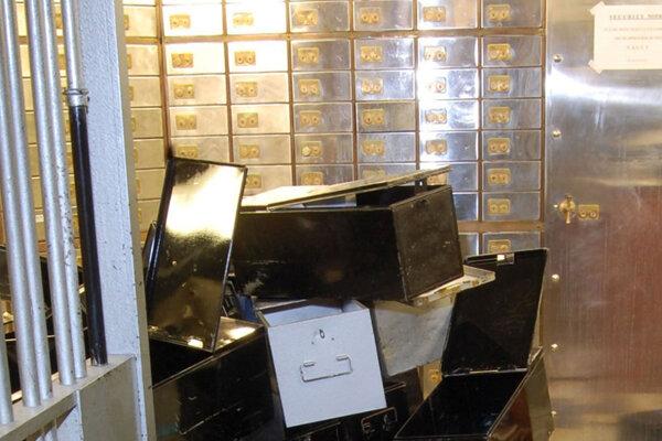 Dôchodcovia podnikli vlani záťah na trezorovú firmu v londýnskej štvrti klenotníctiev a ukradli lup v hodnote mnoho miliónov libier.