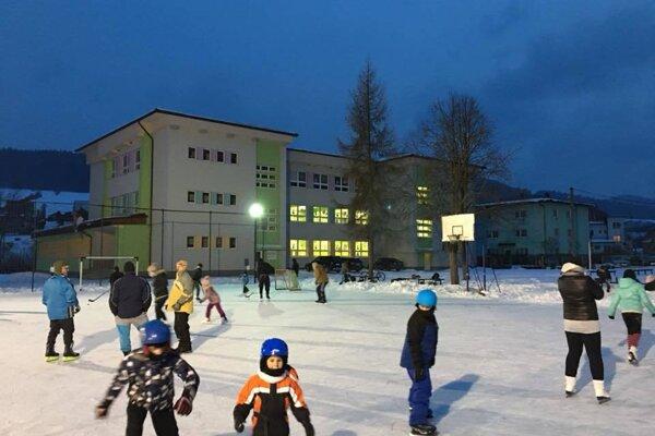 Viaceré obce na Kysuciach sa rozhodli urobiť radosť svojim obyvateľom  a tak vytvorili prírodné ľadové plochy.