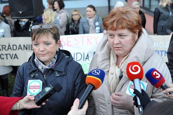 Šéfky komory sestier Iveta Lazorová a ich odborárskej organizácie Monika Kavecká včera pred nemocnicou v Trnave.