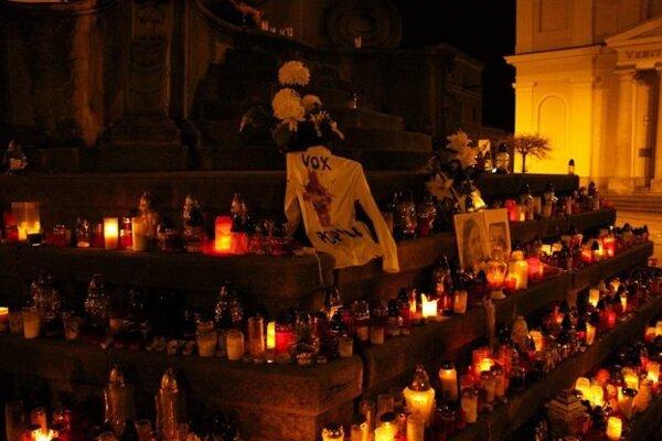 Jedno z tričiek položili aj pod sochu Immaculaty, kde ľudia už dva týždne pília sviece za Martinu Kušnírovú a Jána Kuciaka.
