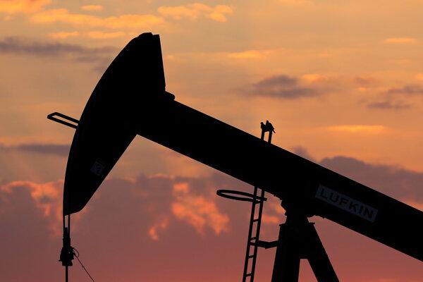 Ceny ropy stále klesajú.