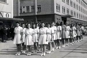 Anna Poláková na archívnom snímku v prvom rade v strede.