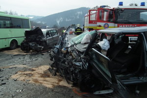 V aute napravo išla žena z Tvrdošína. Z vraku je vystrihovali hasiči. Ťažkým zraneniam, žiaľ, podľahla.
