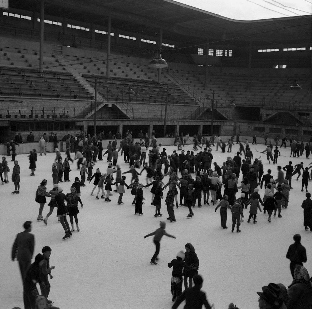 Na archívnej snímke z 21. januára 1951 večer na otvorenom klzisku v Bratislave.
