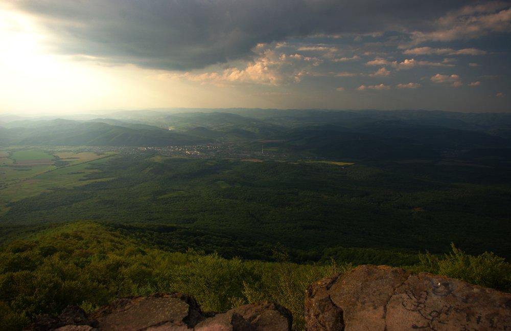 Celkový pohľad na sever, dole v údolí Snina.