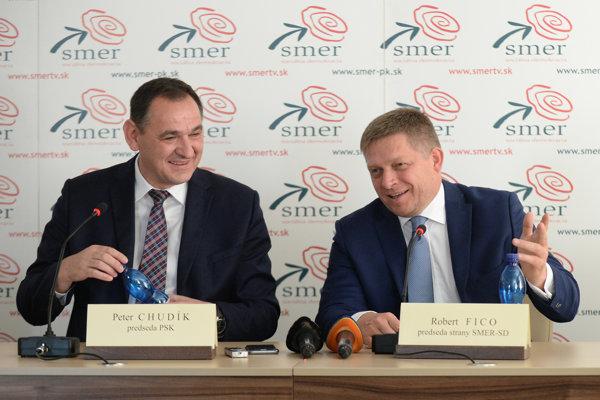 Peter Chudík (vľavo) a premiér Robert Fico (obaja Smer) počas tlačovej konferencii, kde oznámili ďalšiu kandidatúru Chudíka na župana Prešovského kraja z júna 2017.