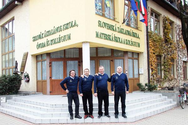 Kiapeškári pred Slovenskou základnou školou v Sarvaši.