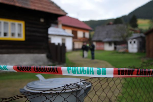 Policajná páska pri dome, v ktorom muž najprv zastrelil dve ženy - sestry a následne obrátil zbraň proti sebe.