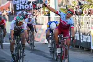 Na snímke vpravo nemecký cyklista Marcel Kittel oslavuje víťazstvo, vľavo druhý slovenský cyklista Peter Sagan v 6. etape pretekov Tirreno - Adriatico 2018.
