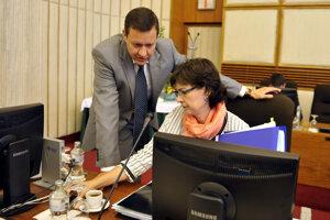 15. jún 2011. Schôdza vlády SR v Bratislave. Na snímke ministerka spravodlivosti Lucia Žitňanská a minister vnútra Daniel Lipšic.