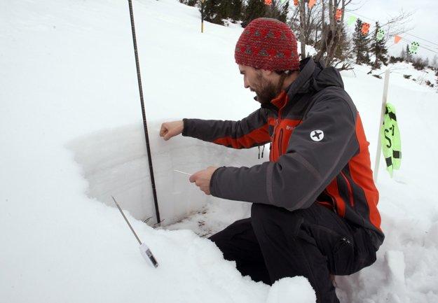 Odborník zo Strediska lavínovej prevencie na Chopku kontroluje, či je sneh stabilný. Aj vďaka tomuto stredisku dnes môžeme aj v rizikových oblastiach spávať spokojnejšie.