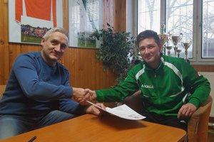 Prezident klubu pri podpise zmluvy s novým trénerom.