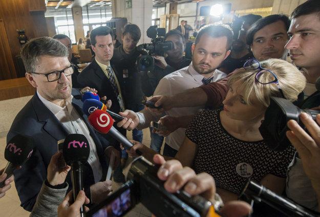 Marek Maďarič odpovedá novinárom.