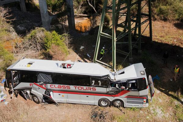 Vo vozidle sa nachádzalo 40 študentov a šesť dospelých zamestnancov školy.