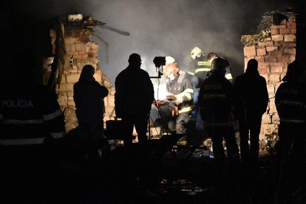 Na snímke tragický požiar, ku ktorému došlo večer 17. decembra 2015 v rómskej osade v obci Sačurov, okres Vranov nad Topľou. Tento požiar si vyžiadal život troch detí.