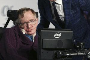 Postavu Stephena Hawkinga stvárnil vo filme Teória všetkého herec Eddie Redmayne.