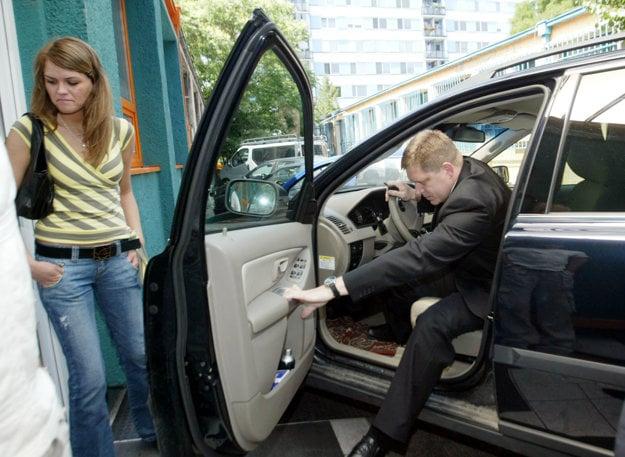Marec 2006. Robert Fico prichádza do centrály strany Smer-SD na Volve XC90.