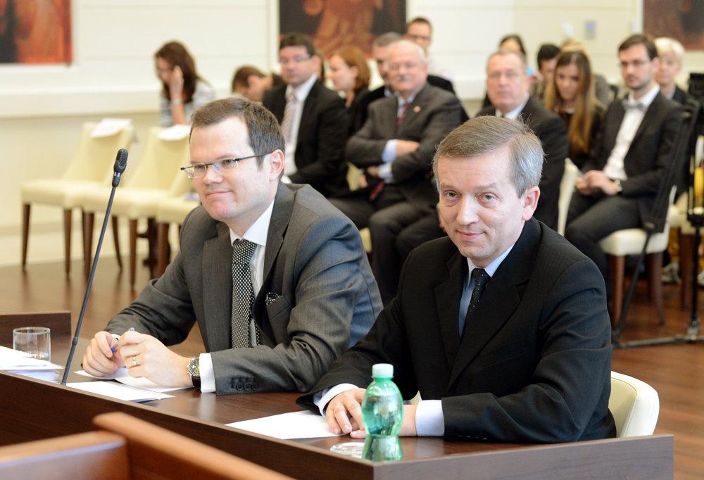 Advokát Peter Kubina zastupoval na Ústavnom súde aj prokurátora Jozefa Čentéša. Súd konštatoval, že bývalý prezident Ivan Gašparovič (v pozadí) porušil práva Čentéša, keď ho svojvoľne nevymenoval za generálneho prokurátora.