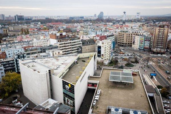 najprv Prior, neksôr K-Mart, tesco a napokon My Bratislava. Obchodný dom na kamennom námestí funguje od roku 1968. Britský maloobchodný reťazec Tesco ho vlastní od roku 1996.