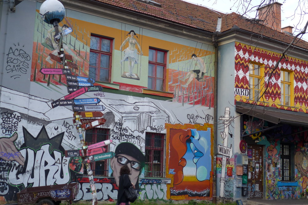 Kedysi chátrajúce stavby dnes pokrývajú grafity, provokujúce maľby i pestrofarebné grafiky, vnútri vystavujú a tvoria umelci.
