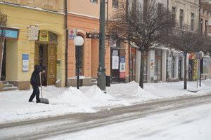 Nedeľné doobedie v centre mesta. Nebol odhrnutý sneh na ceste, ani na chodníkoch.