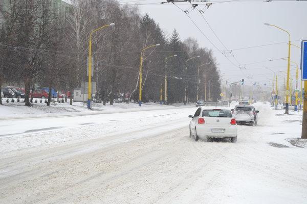 Vodiči mali problémy s nahrnutým snehom na križovatkách.