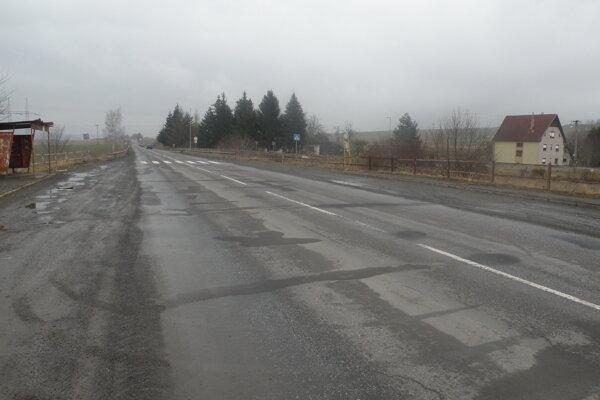 Najhoršie úseky osemnástky cestári opravili aspoň provizórne tryskovou metódou.