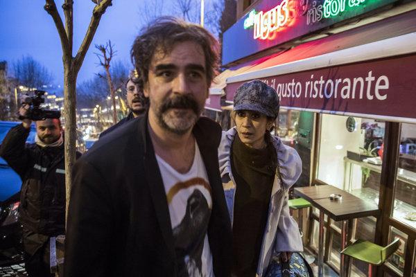 Deniz Yücel na istanbulskej ulici po prepustení po viac ako roku väzby v sprievode svojej manželky Dilek Mayaturk Yücelovej.