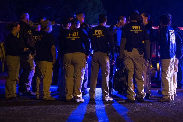 Agenti FBI vyšetrujú na mieste explózie v Austine.