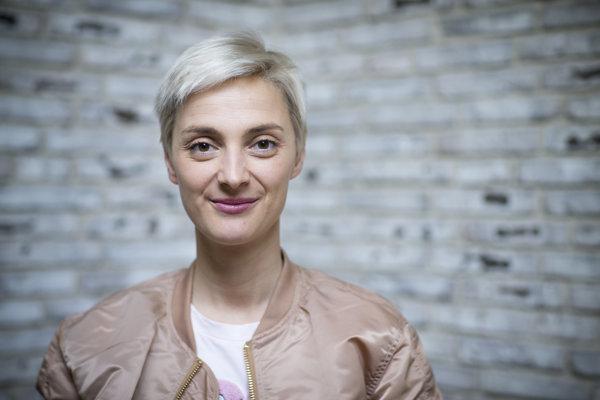 Bára Poláková (1983) študovala činohru na Divadelnej fakulte Vysokej školy múzických umení v Prahe. Hrala v Divadle na vinohradoch. Vo svete hudby ju preslávili piesne Kráva a Nafrněná, pred tromi rokmi vydala debut, teraz dokončuje novinku Ze.mě. V minulosti sa venovala politickému kabaretu, s Davidom Kollerom nahrala protestsong Sami.