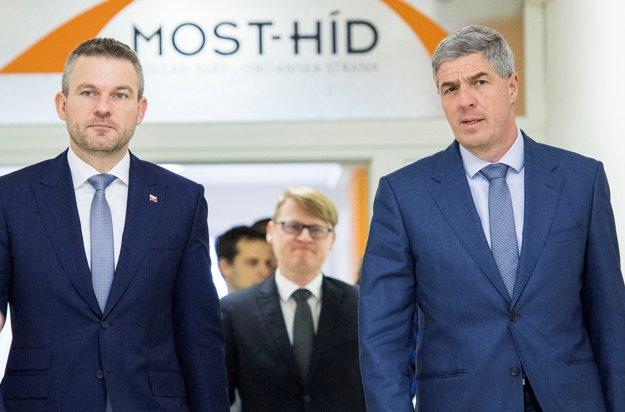Peter Pellegrini (vľavo) a predseda strany Most-Híd Béla Bugár.