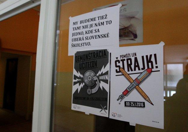 Štrajkujúci učitelia zo ZŠ Radvanská informovali aj na vchode školy, že im nie je jedno, kam sa uberá slovenské školstvo.