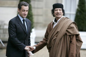 Francúzsky exprezident Sarkozy (vľavo) s dnes už zabitým líbyjským vodcom Muammarom Kaddáfím.