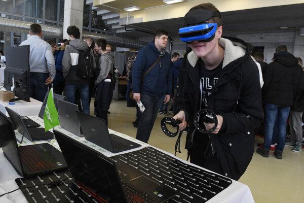 Návštevníci na výstave IT EXPO 2018 v Univerzitnej knižnici Technickej univerzity v Košiciach.