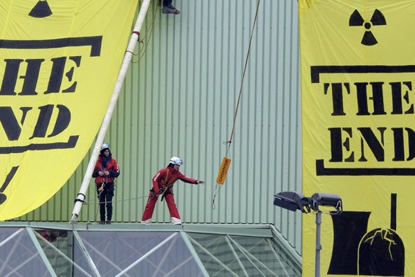 Protest organizácie Greenpeace pri atómovej elektrárni Beznau v marci 2014.