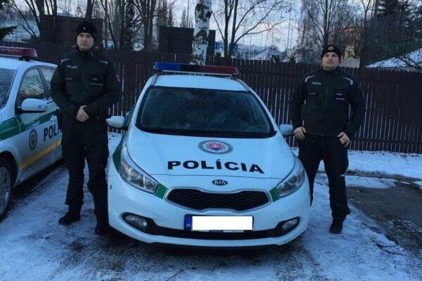 Policajti - záchranári.