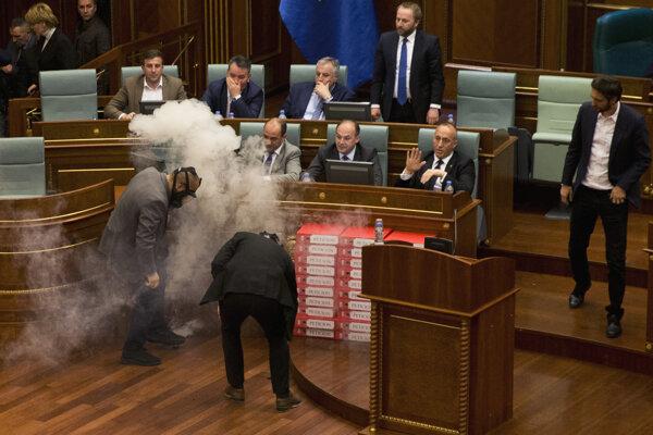 Kosovskí opoziční poslanci hodili kanistre so slzotvorným plynom počas zasadnutia parlamentu v Prištine.