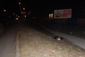 Mŕtvy muž ležal blízko chodníka.
