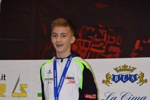Talentovaný šuriansky karatista Andrej Tvrdoň smedailou na hrudi po jednom zúspešných pretekov.
