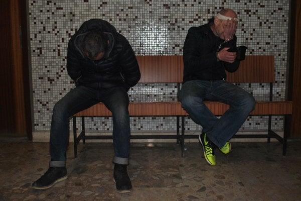 Litovčania na súde. vľavo Donatas, vpravo Andrejus.