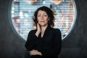 Elisabeth Åsbrink (52)je švédska spisovateľka a novinárka, predsedníčka švédskeho PEN-klubu. V súčasnosti pracuje v televízii SVT ako redaktorka a producentka. Žije v Štokholme.